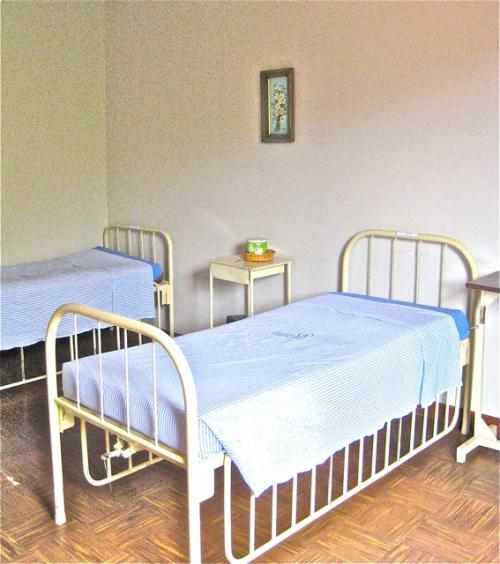 Dormitorios adaptados com camas hospitalares.