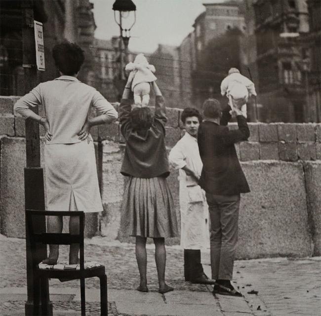 Moradores Berlim Ocidental mostrando crianças