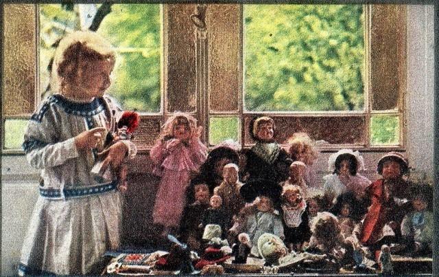 A filha de Louis Lumière e suas bonecas, 1913