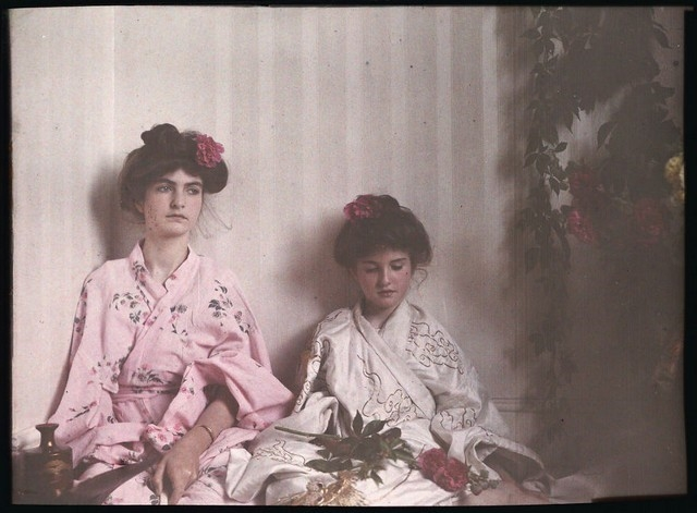Duas garotas vestindo roupas orientais, 1908