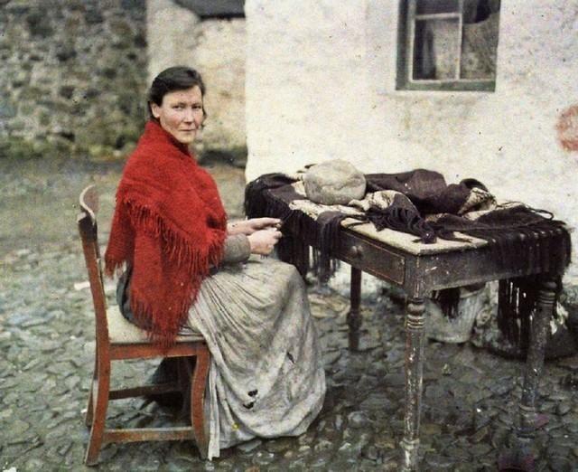 Mulher tricotando em Galway, na Irlanda, 1913