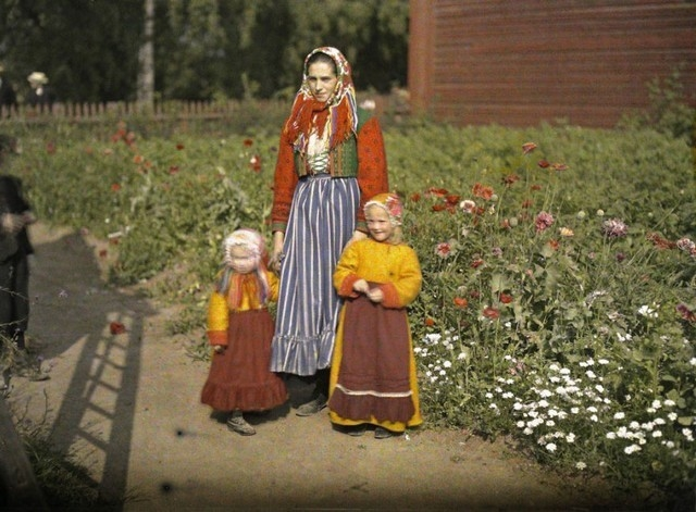 Mãe e filhas com roupas tradicionais, Suécia,