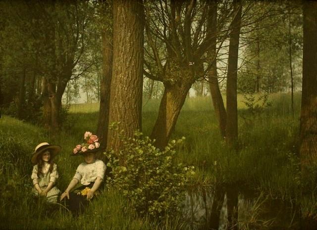 Mulher e garota descansando 1910
