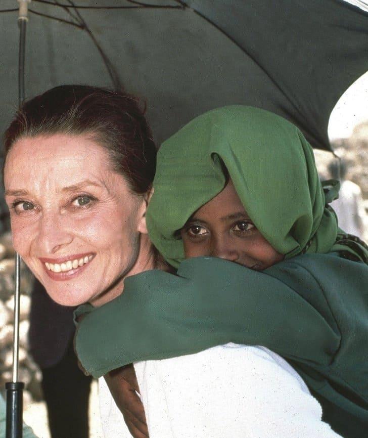 Audrey Hepburn com uma menina etíope, 1988