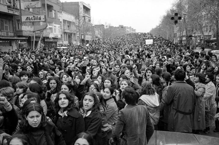 Mulheres protestam contra uso do hijab