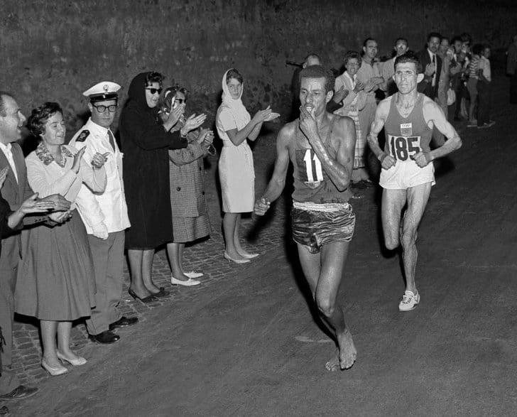 Abebe Bikila vence a maratona descalço 1960