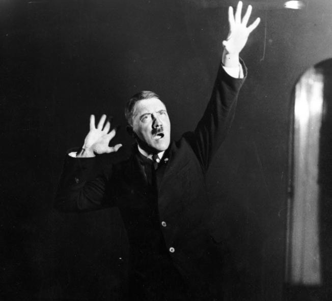 Hitler ensaiando em frente ao espelho - 1925