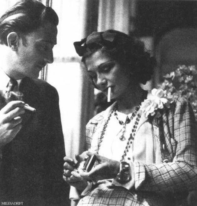 Salvador Dalí e Coco Chanel dividindo cigarro