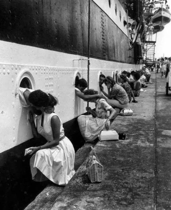Soldados beijam as namoradas antes partirem