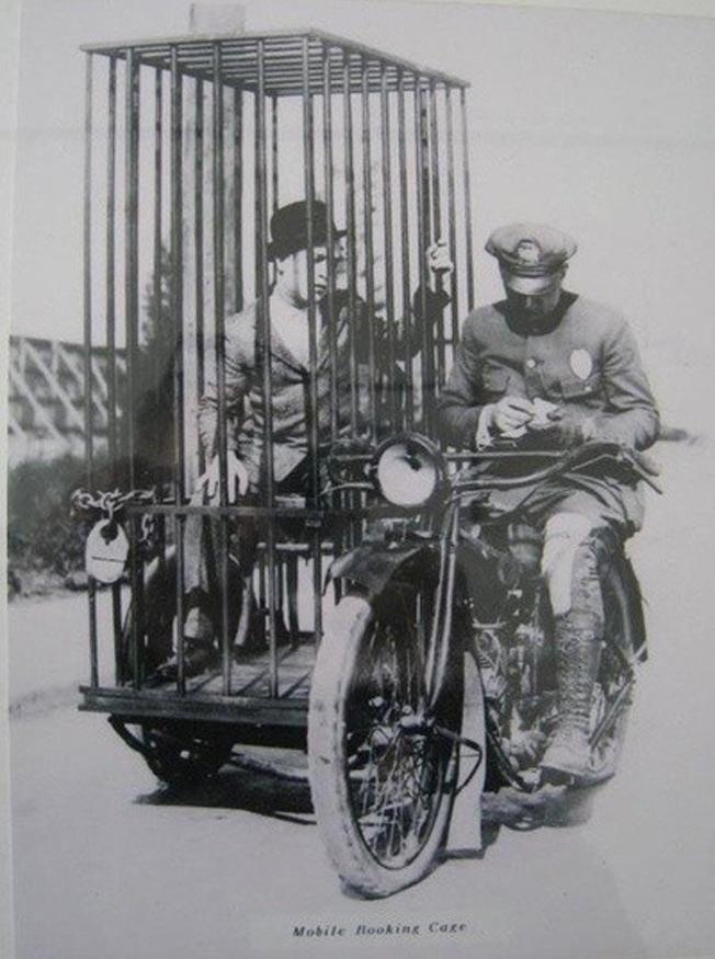 Policial colocando preso na cela móvel - 1921