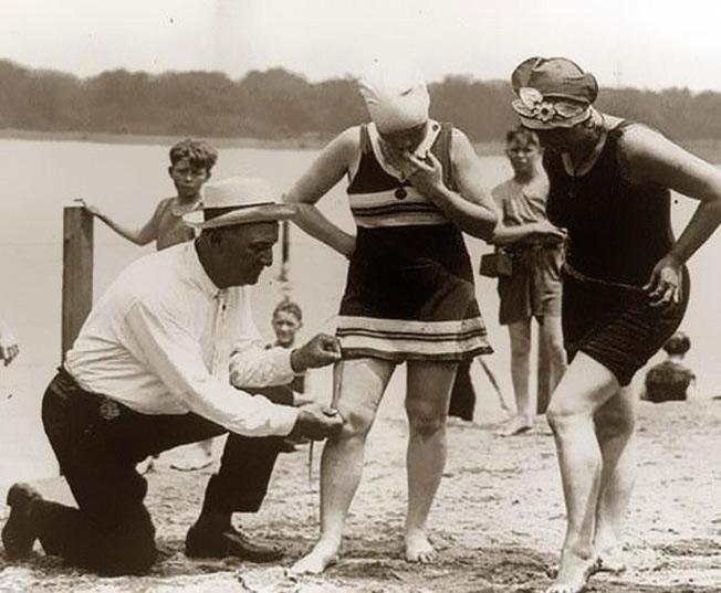 Funcionários medindo trajes de banho - 1920