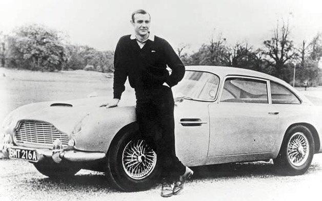 Sean Connery como James Bond, posando ao lado