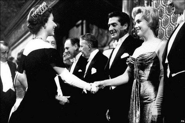 Marilyn Monroe conhece a Rainha Elizabeth II