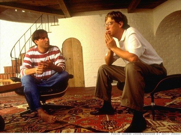 Steve Jobs e Bill Gates conversando