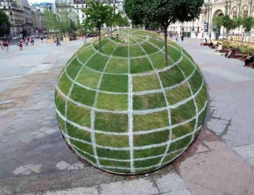 Esfera na praça