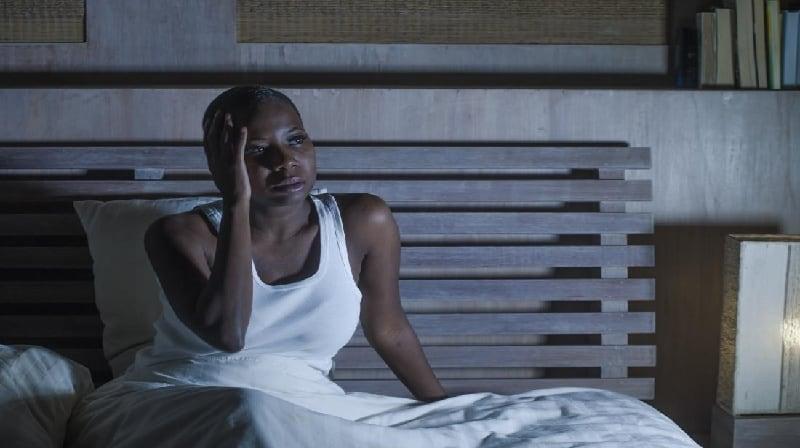 Por que continuo acordando à noite?