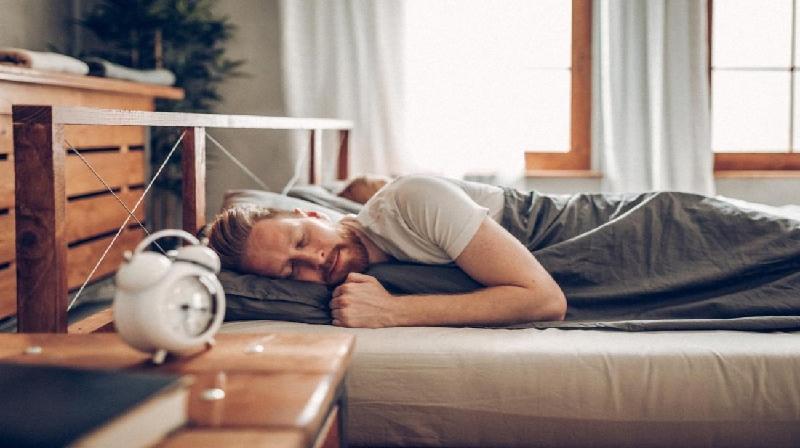 Risco de ataque cardíaco maior naqueles que dormem muito pouco ou muito