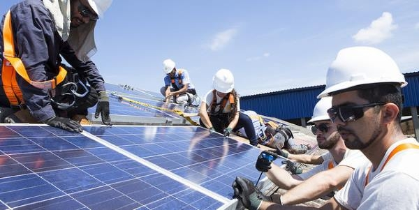 Energia solar é a maior empregadora de energia renovável, com 3,4 milhões de empregos