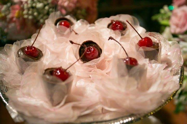 Copinhos de chocolate com cereja