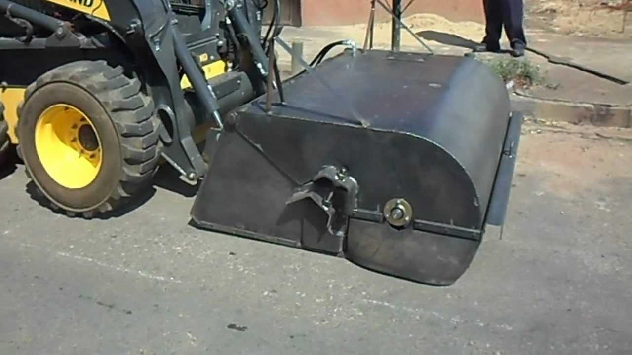 Mini Carregadeira com vassoura coletora