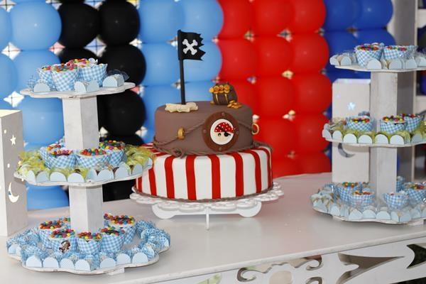bolo piratas, disponível para aluguel