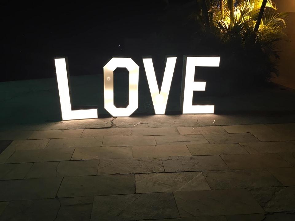 Letreiro de LOVE disponível para aluguel