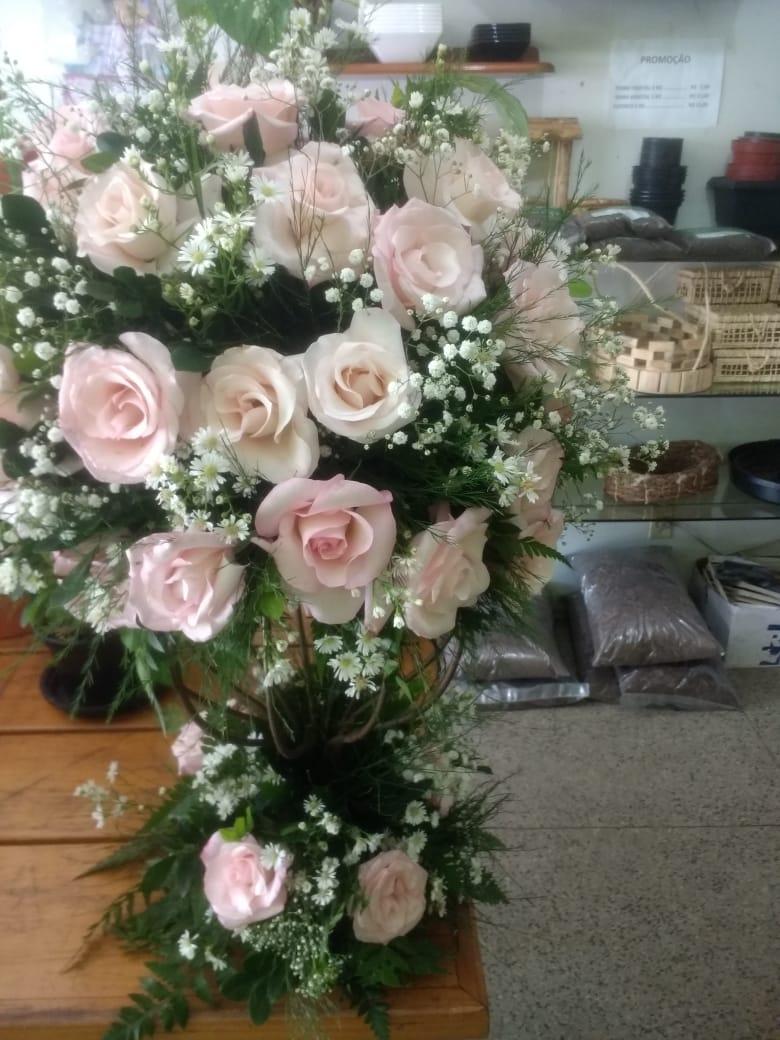 Arranjo floral em pedestal