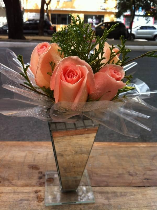 Arranjo de rosas na taça de vidro