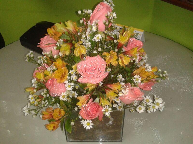 Arranjo floral com rosa e astromelia