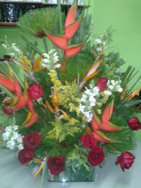 Arranjo de eliconia e rosas vermelha
