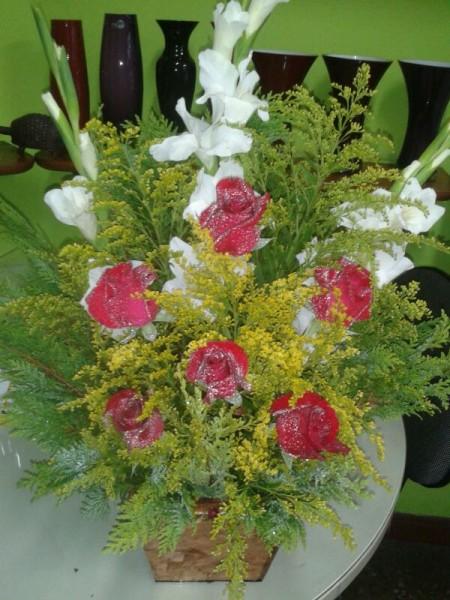 Arranjo de frente com rosas vermelhas e palma