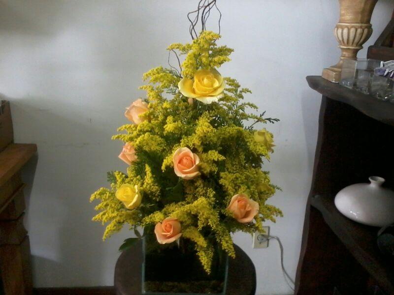Arranjo rosas amarelas e laranja