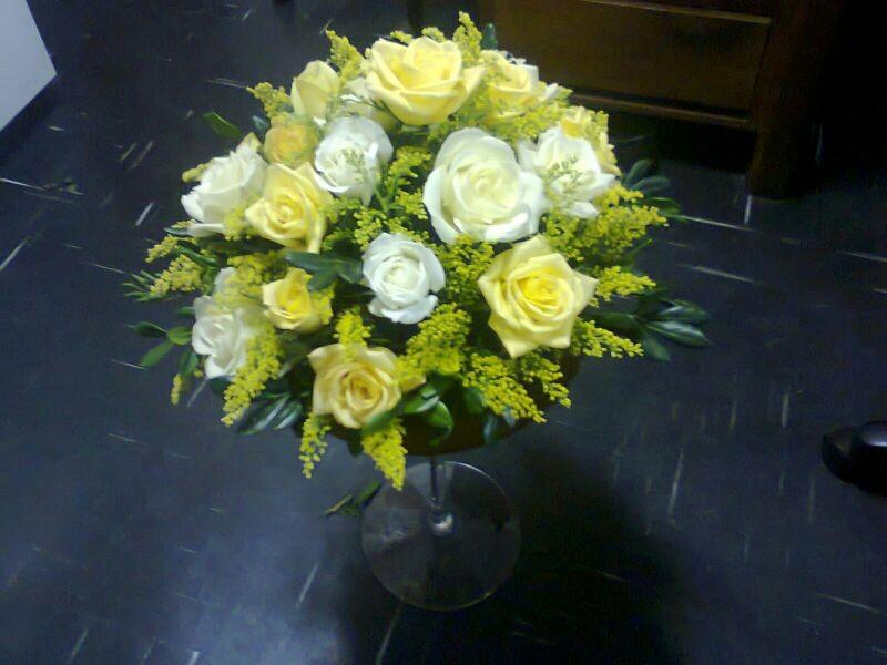 Arranjo redondo rosas brancas e amarelas