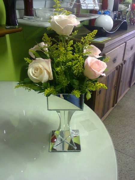 Arranjo de rosas na peca de vidro