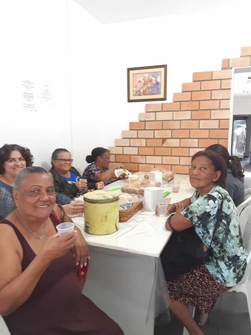 Pacientes recebendo as refeições