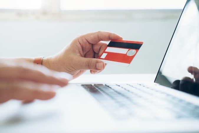 Receber pagamento em cartão de crédito e cobrar juros e multas por atraso: saiba como