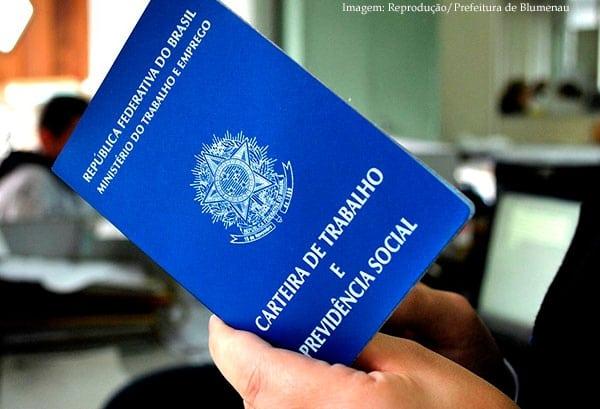 Imagem da notícia Brasil tem desemprego de 12,8%, que atinge 13,3 milhões