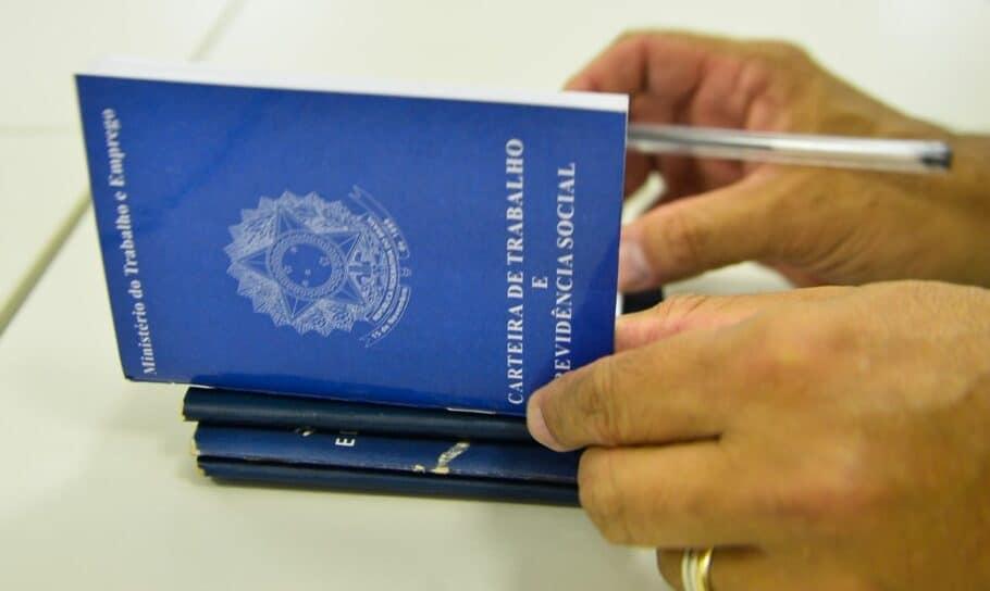 Imagem da notícia Desemprego cresce e atinge 12,8 milhões, diz IBGE