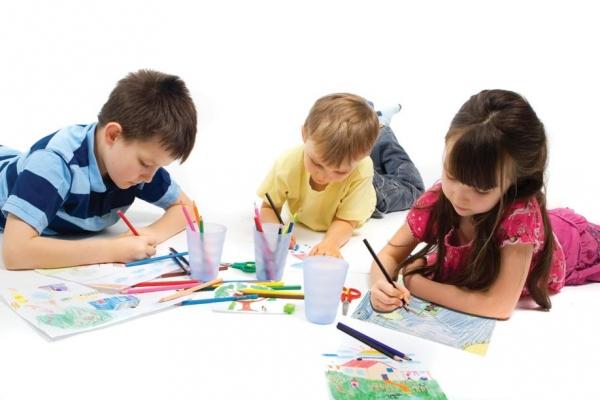 Pais devem incentivar os filhos a desenharem.