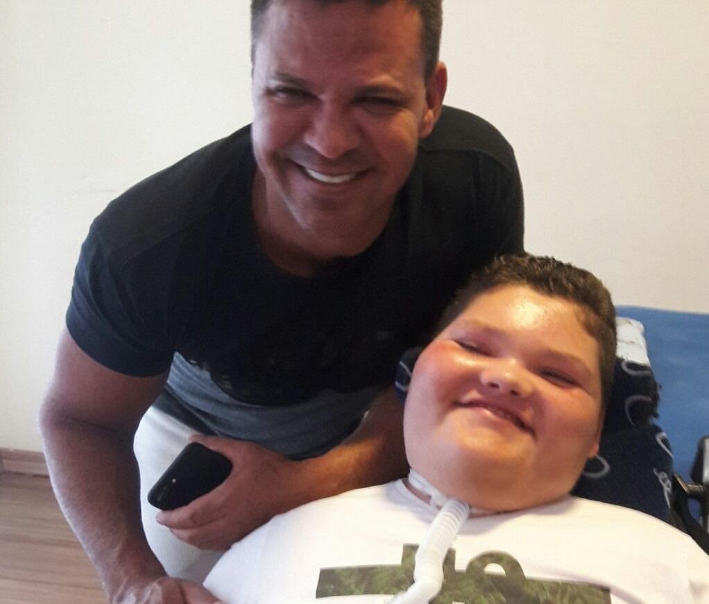 Eduardo Costa visita Pedro Arthur o mais novo morador de Sete Lagoas