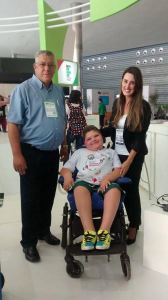 Empres�rio vai custear cadeira para garoto com sequelas de meningite