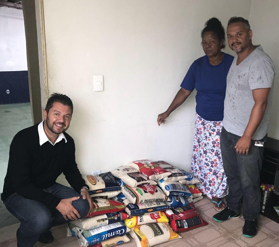 Deivson Vidal participa de doação de mantimentos
